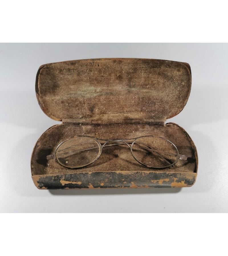 Akiniai su dėklu vaikiški, antikvariniai. Kaina 28