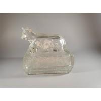Sviestinė storo, reljefinio stiklo su gulinčios pievoje karvės statulėle. Kaina 32