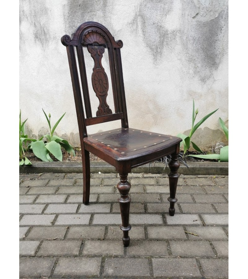 Kėdė antikvarinė, tvirta, reljefiniu piešiniu. Kaina 42