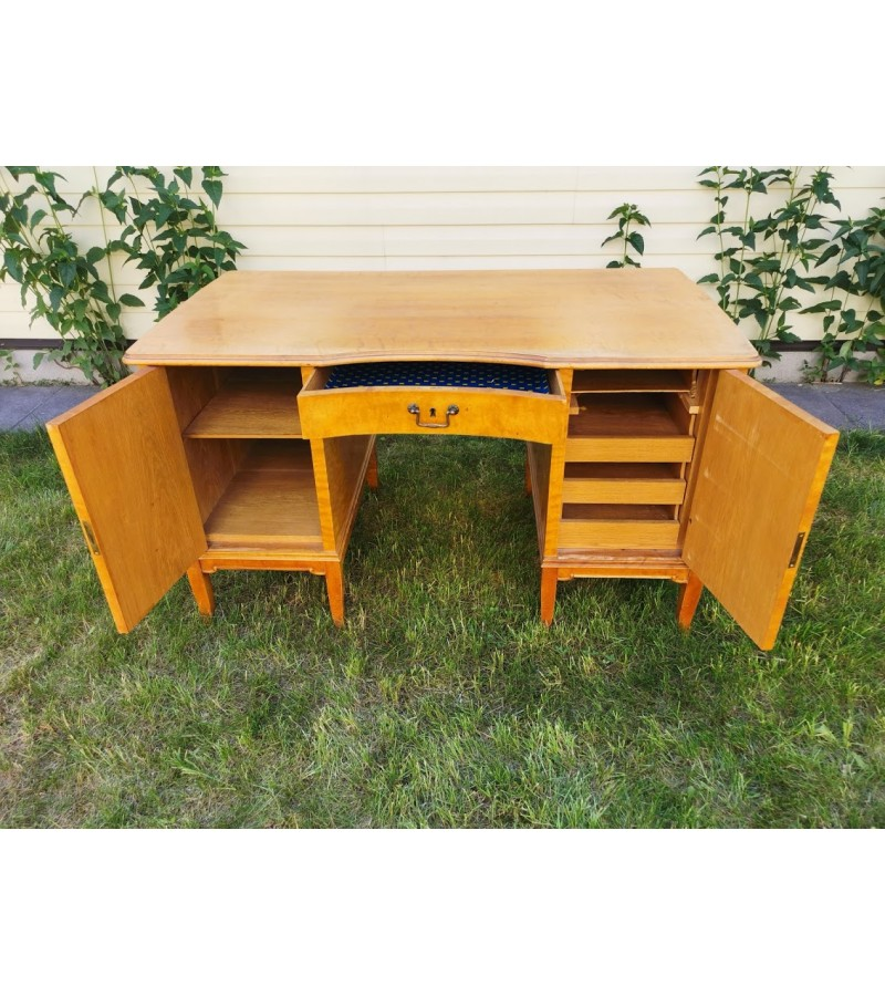 Rašomasis stalas antikvarinis, beržo faneruotė. Tvirtas ir stabilus. Kaina 383