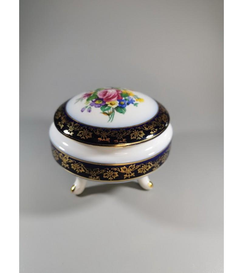 Dėžutė porcelianinė ant trijų kojų. Vokietija. Kaina 28