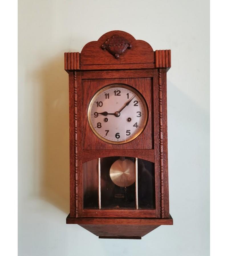 Laikrodis nedidelis, antikvarinis, ypač maloniai skambinantis. Kaina 218