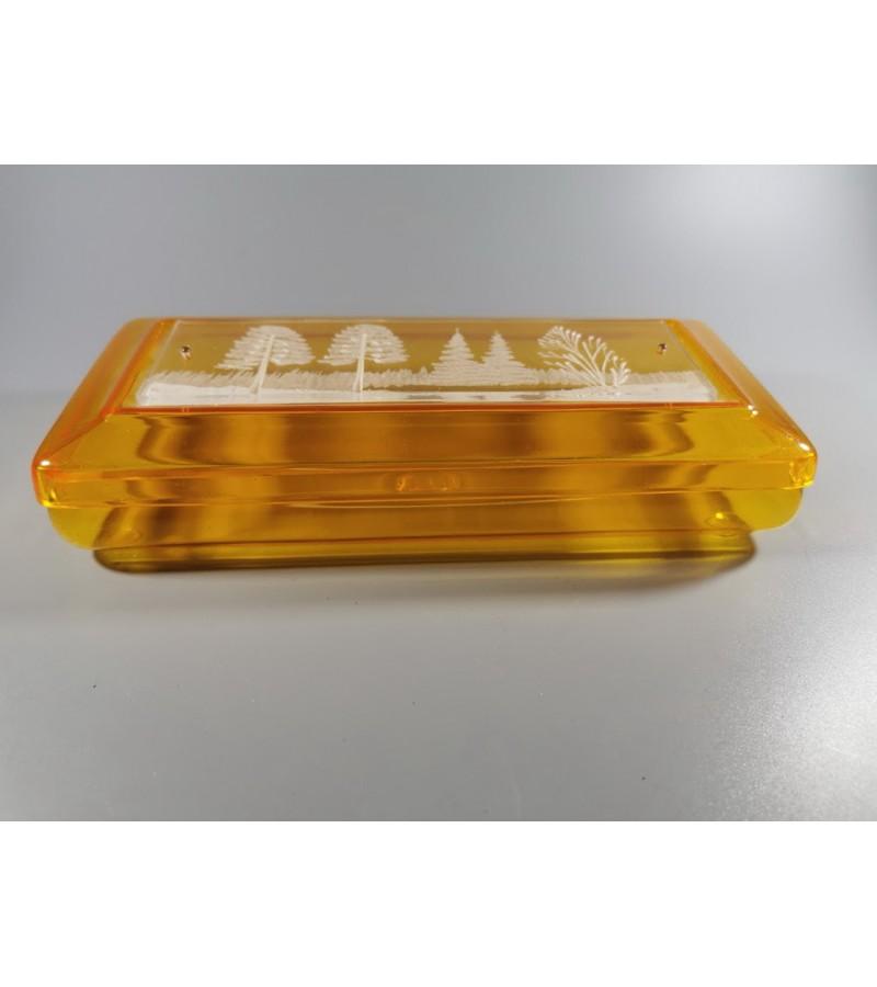 Dėžutė plastmasinė, reljefiniu piešiniu, tarybinių laikų. Kaina 43