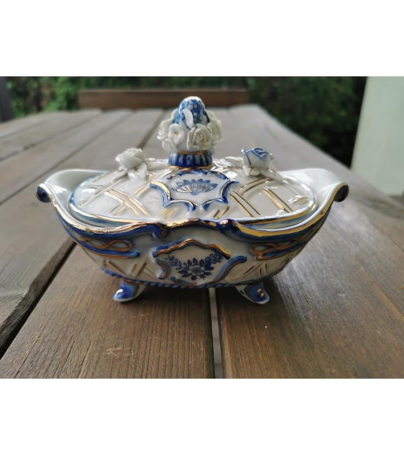 Dėžutė porcelianinė, antikvarinė. Kaina 53