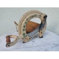Duonos pjaustyklė antikvarinė, veikianti. Ketaus (špižinė). Kaina 68