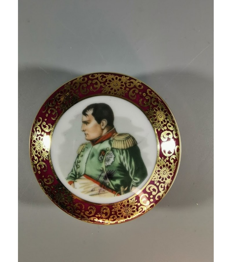 Dėžutė porcelianinė su Napoleono atvaizdu. Kaina 22