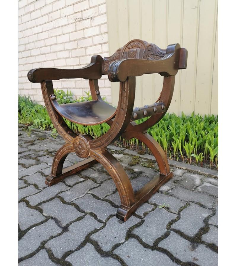 Krėslas antikvarinis, romėniško stiliaus, drožinėtas, masyvus, odine sėdimąja dalimi, Tvirtas ir patogus. Kaina 318
