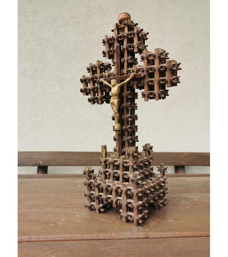 Kryžius pastatomas, sudėliotas iš pagaliukų, lietuviškas. Kaina 43