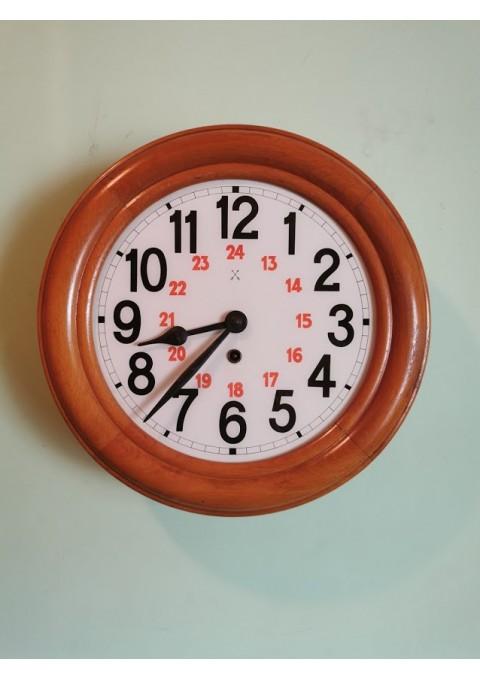 Laikrodis apvalus, stikliniu ciferblatu, mediniu korpusu, antikvarinis. Veikiantis. Kaina 153