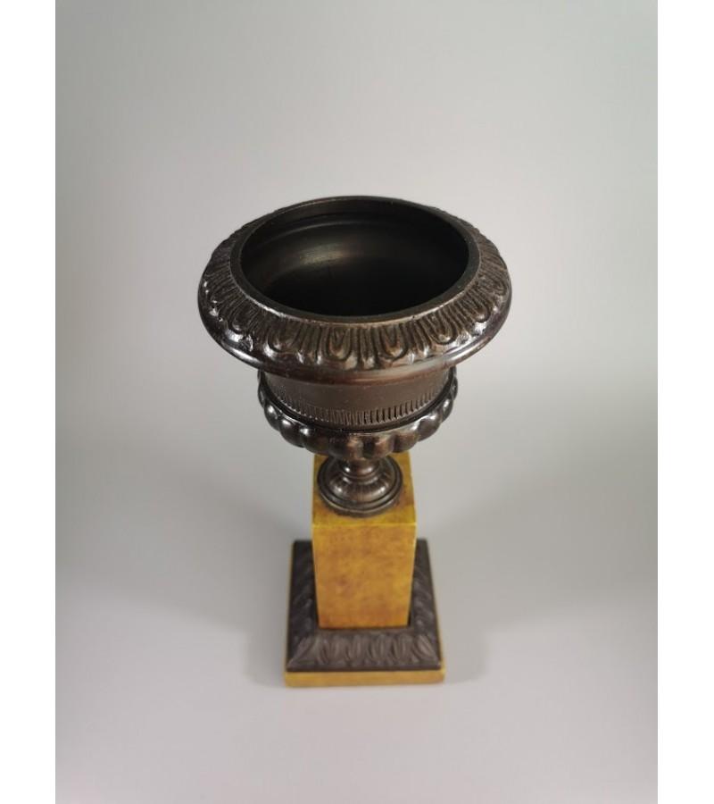 Vaza, pieštukinė ar pan. varinė, antikvarinė. Svoris 1 kg. Kaina 26