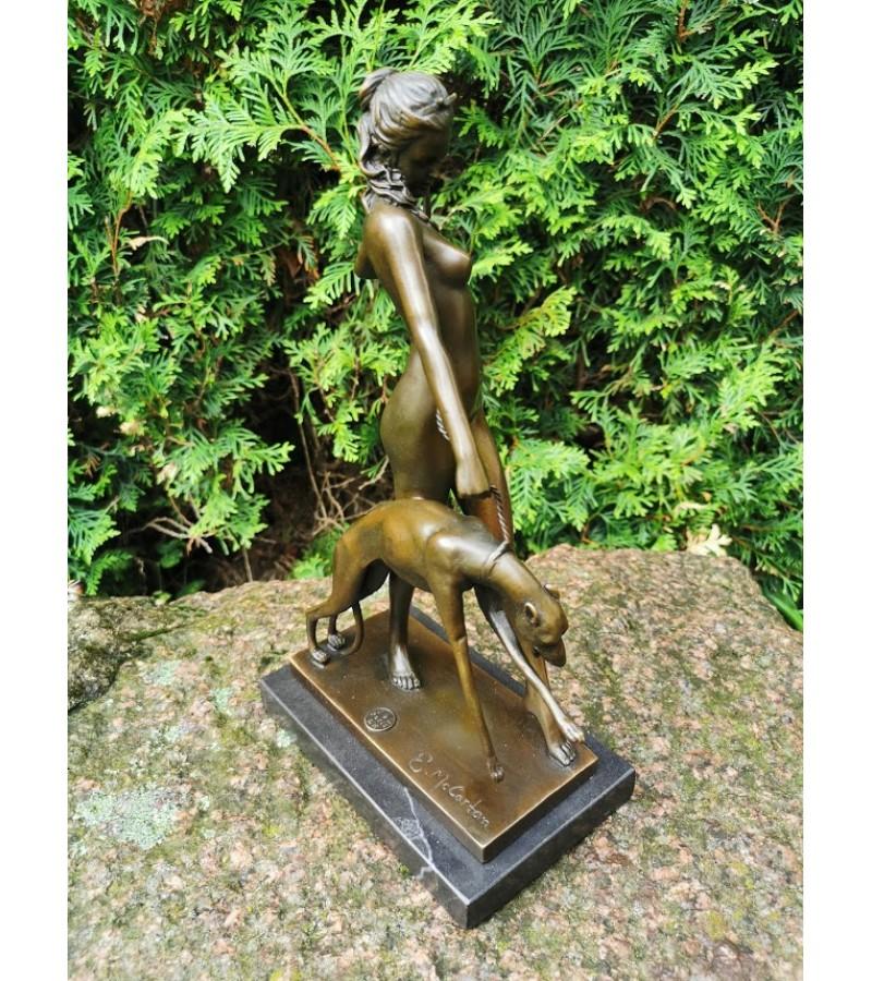 Statula bronzinė Deivė Diana su šuniu. Autorius Edward McCartan (1879-1947). 1928 m. modelis, reprodukcija, pagaminta Prancūzijoje. Svoris 2,7 kg. Kaina 183