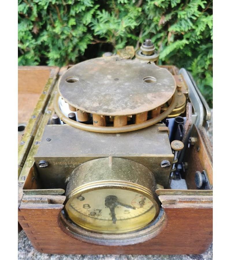 Laikrodis balandžių lenktynių skrydžio laikui paskaičiuoti. Vokietija. Benzing. 1950-60 m. Kaina 92