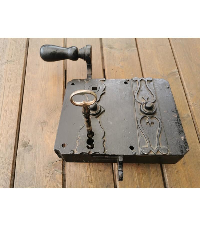 Spyna antikvarinė, kaltinė, įleidžiama, su raktu, veikianti. Kaina 83