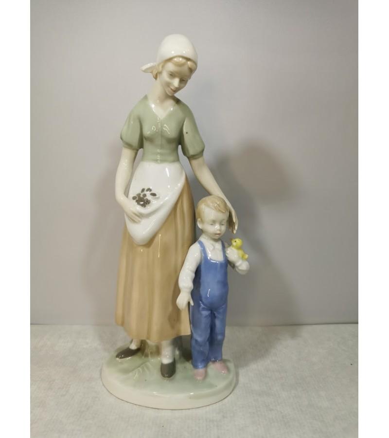 Statulėlė porcelianinė Motina su vaiku. Vokietija. GDR. Lippelsdorf 1951 - 1974 mark. Kaina 63