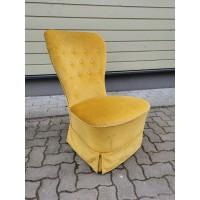 Fotelis geltono veliūro. Medžiagą nuo kojų galima nuimti. Kaina 128