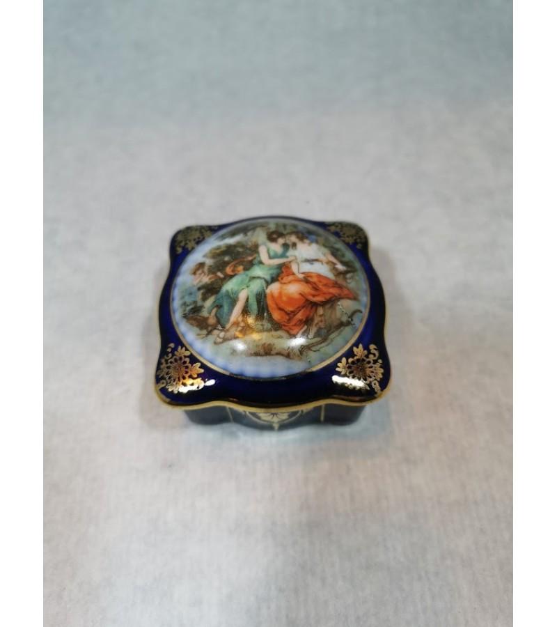 Dėžutė porcelianinė. Kaina 18