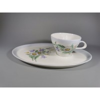 Puodelis su lėkštute porcelianiniai. Vokietija. Puodelio talpa 110 ml., lėkštutės dydis 15 x 23 cm. Kaina 20