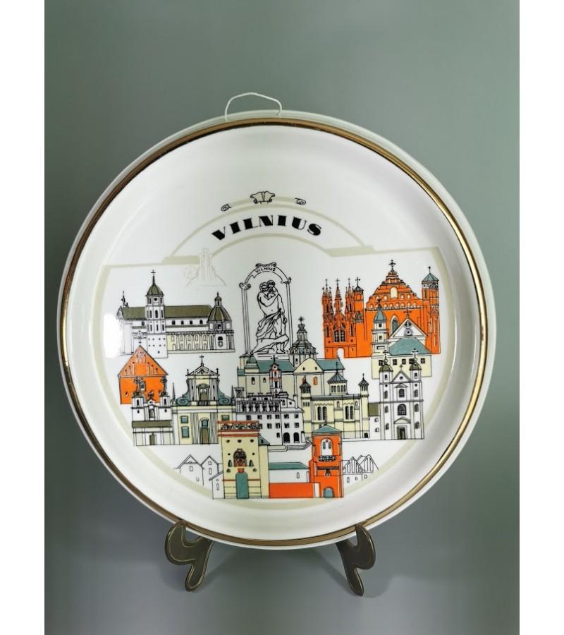 Lėkštė-bareljefas Vilnius, pakabinama, porcelianinė. Pagaminta Kauno Jiesia. Kaina 53