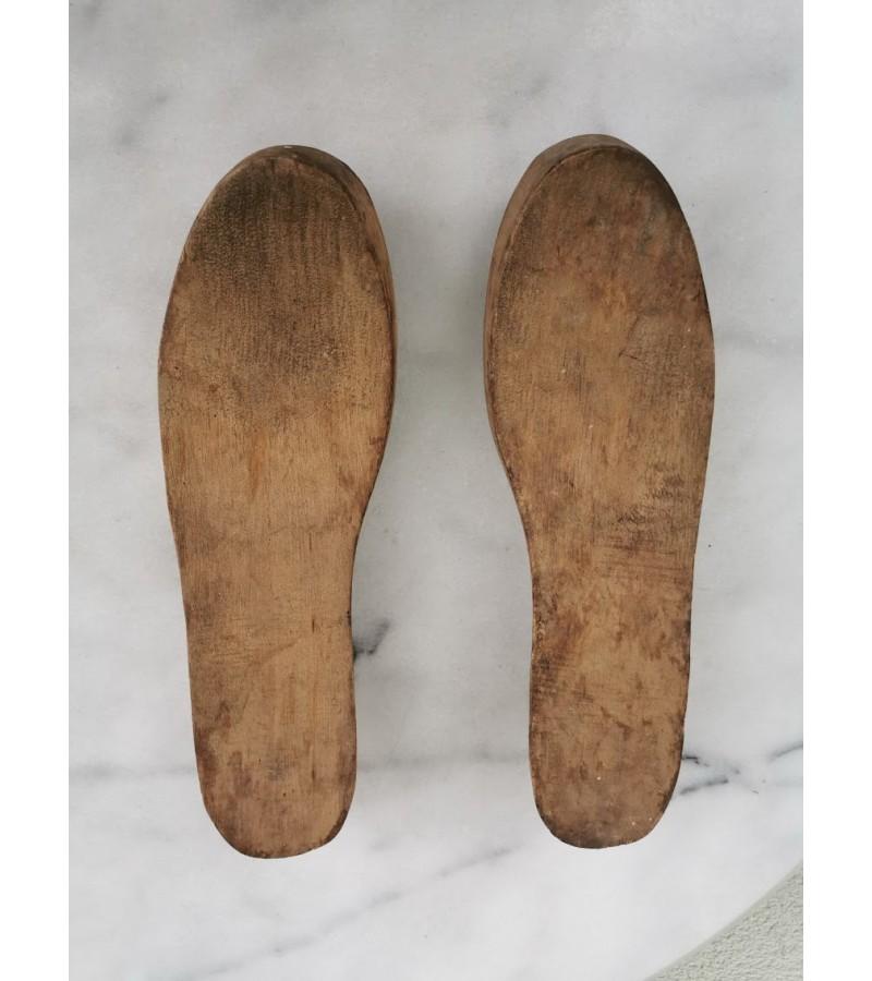 Kurpaliai mediniai, moteriškiems batams, antikvariniai. Kaina 18 už abu.