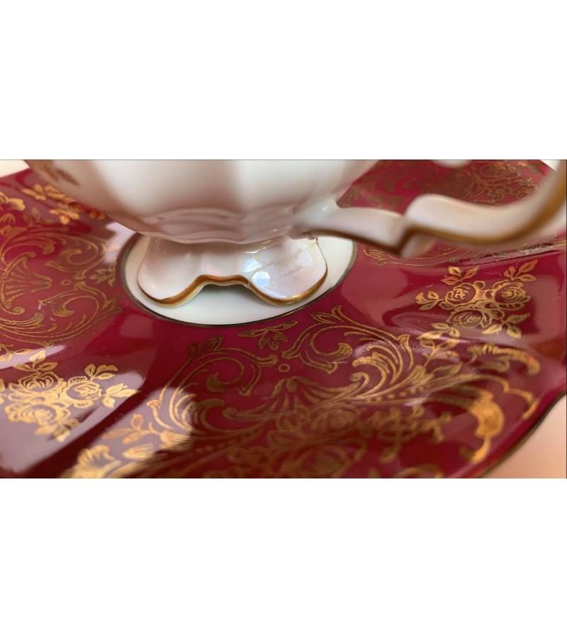 Puodeliai su lėkštutėmis porcelianiniai. Talpa 60 ml. 2 vnt. Raudono klijuota kojellė. Kaina po 8