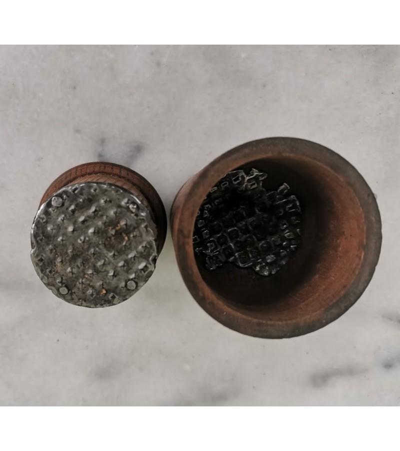 Pipirų grūstuvė medinė, antikvarinė. Kaina 18
