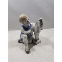Statulėlė porcelianinė Berniukas su arkliuku. Kaina 28