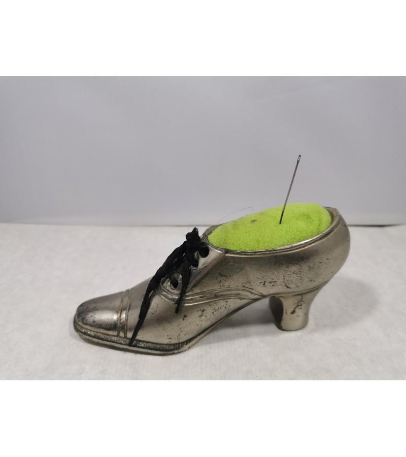 Batas metalinis, antikvarinis. Ilgis 15 cm. Gali būti adatų pagalvėlė. Kaina 23