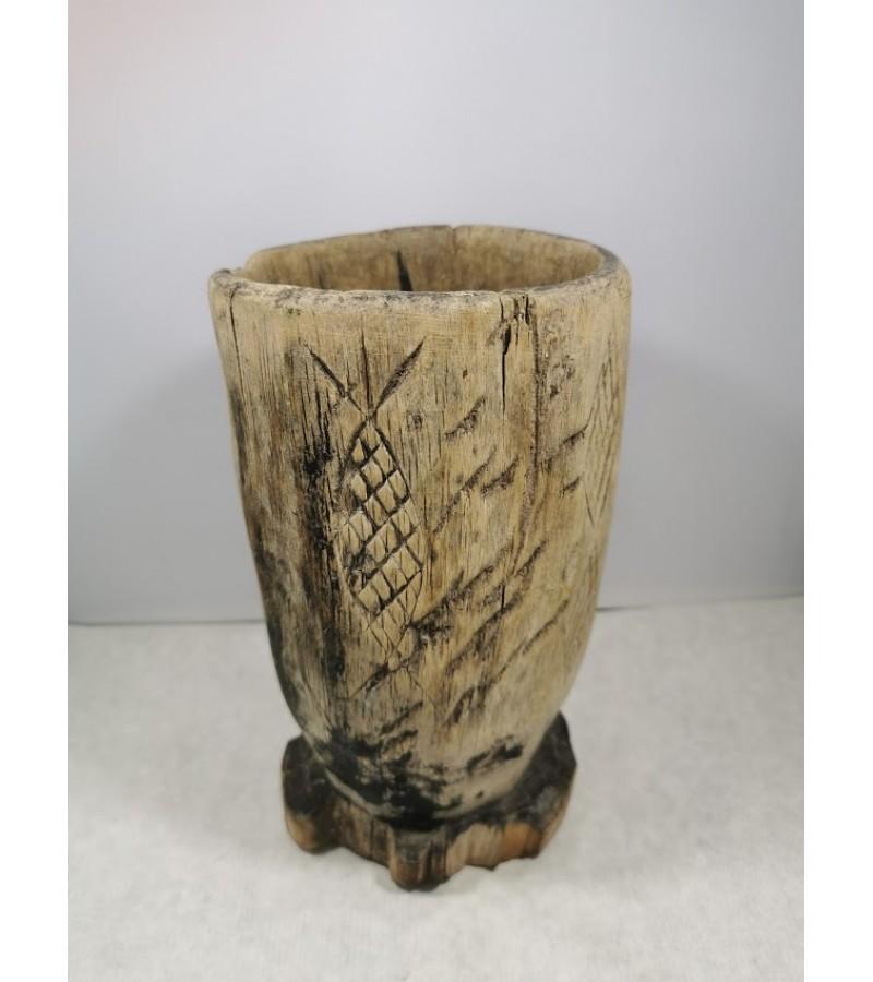 Grūstuvė antikvarinė, medinė, reljefiniais drožiniais. Kaina 53