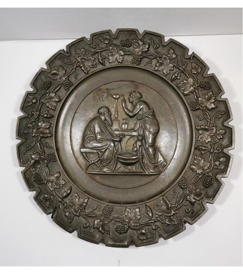 Lėkštė bareljefas metalinė, pakabinama, antikvarinė. Kaina 32