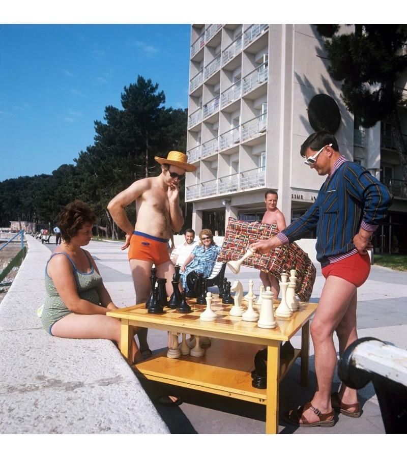 Šachmatų stalas su mediniais šachmatais, tarybinių laikų. Kaina 187