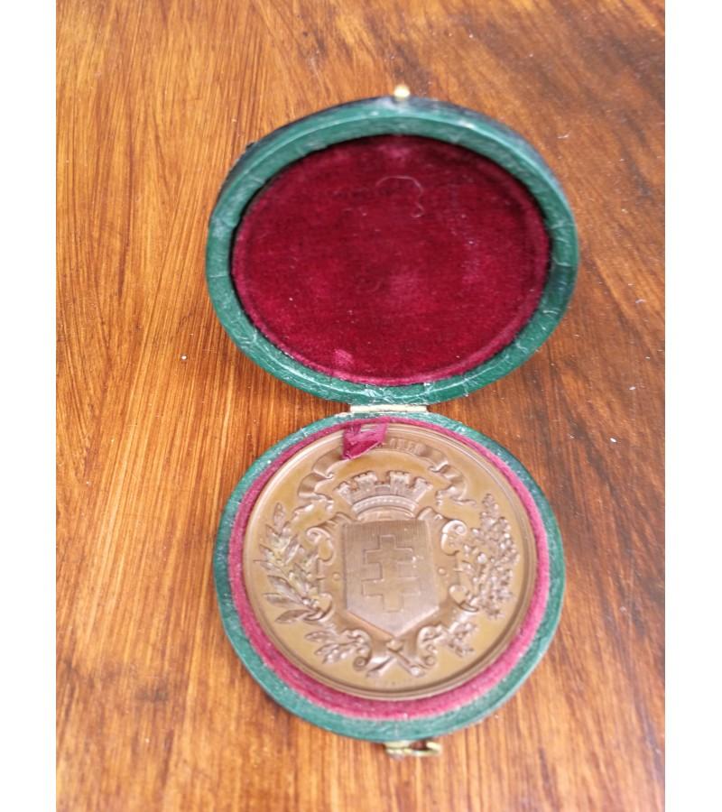 Medalis 1868 m. prancūziškas, stalo medalis originalioje dežutėje. Kaina 97