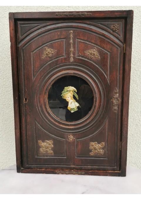Spintelė damos antikvarinė, puošta bronzinias liejiniais, dekole. Kaina 117