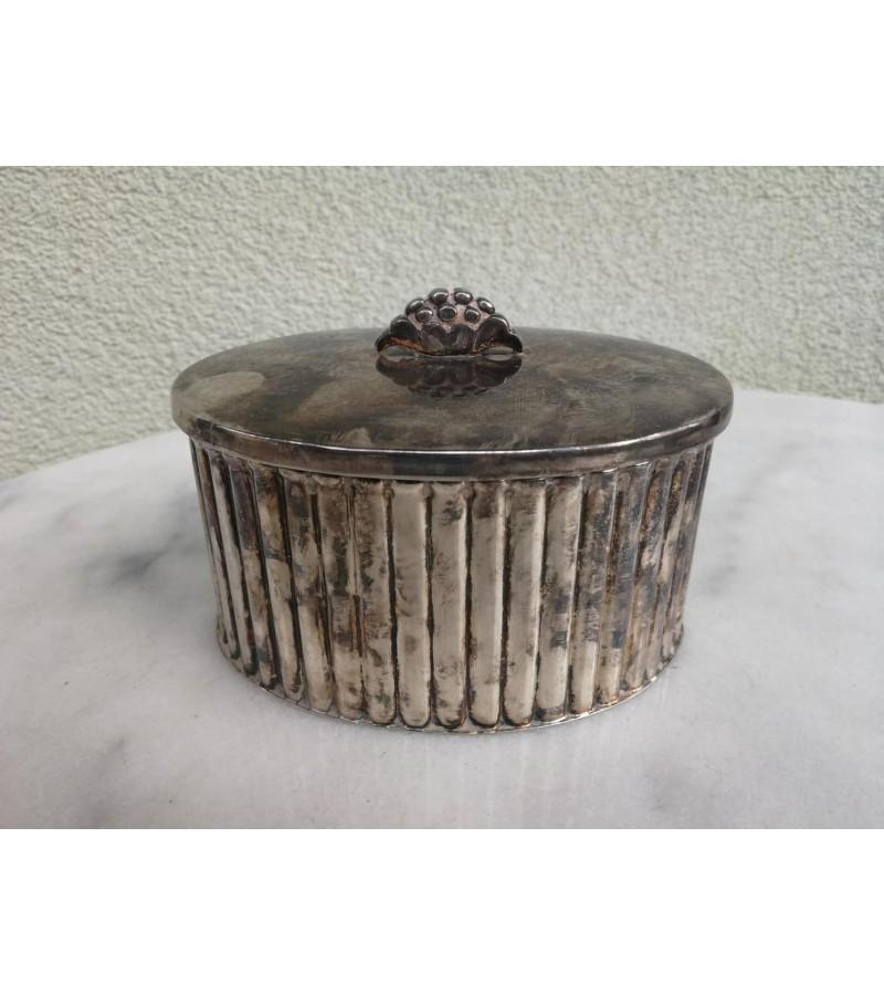 Cukrinė antikvarinė, ovali. Kaina 18