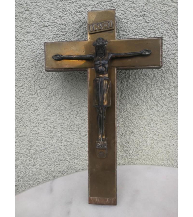 Kryžius antikvarinis, medinis, puoštas variu. Kaina 18