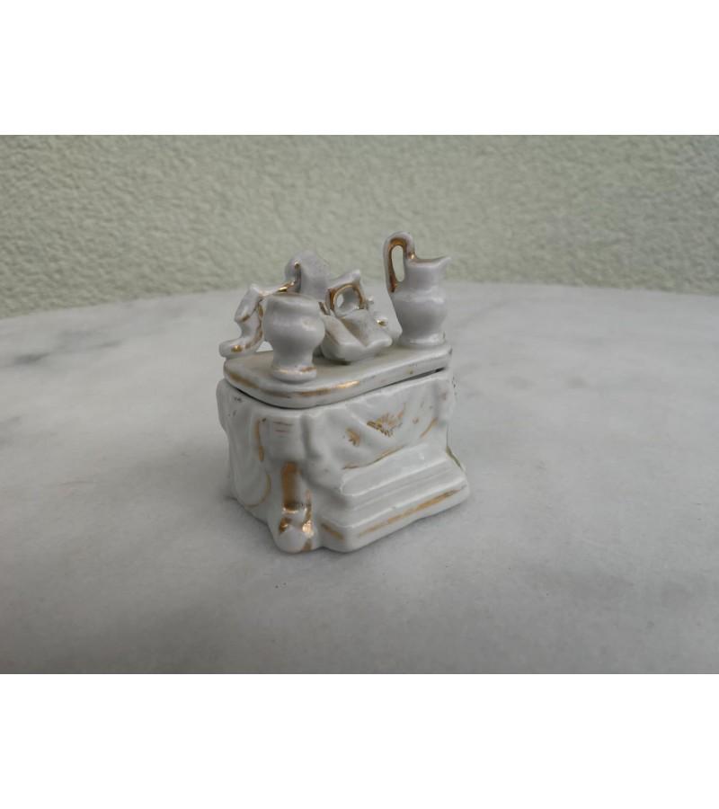 Dėžutė porcelianinė maža. Kaina 6