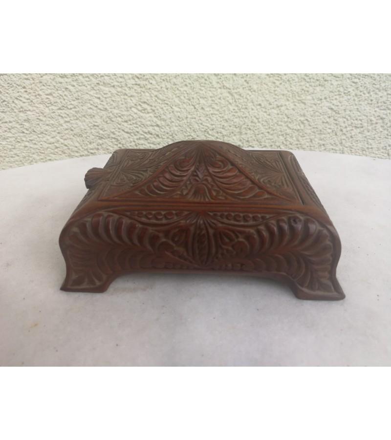 Dėžutė medinė, antikvarinė, raižyta. Kaina 23