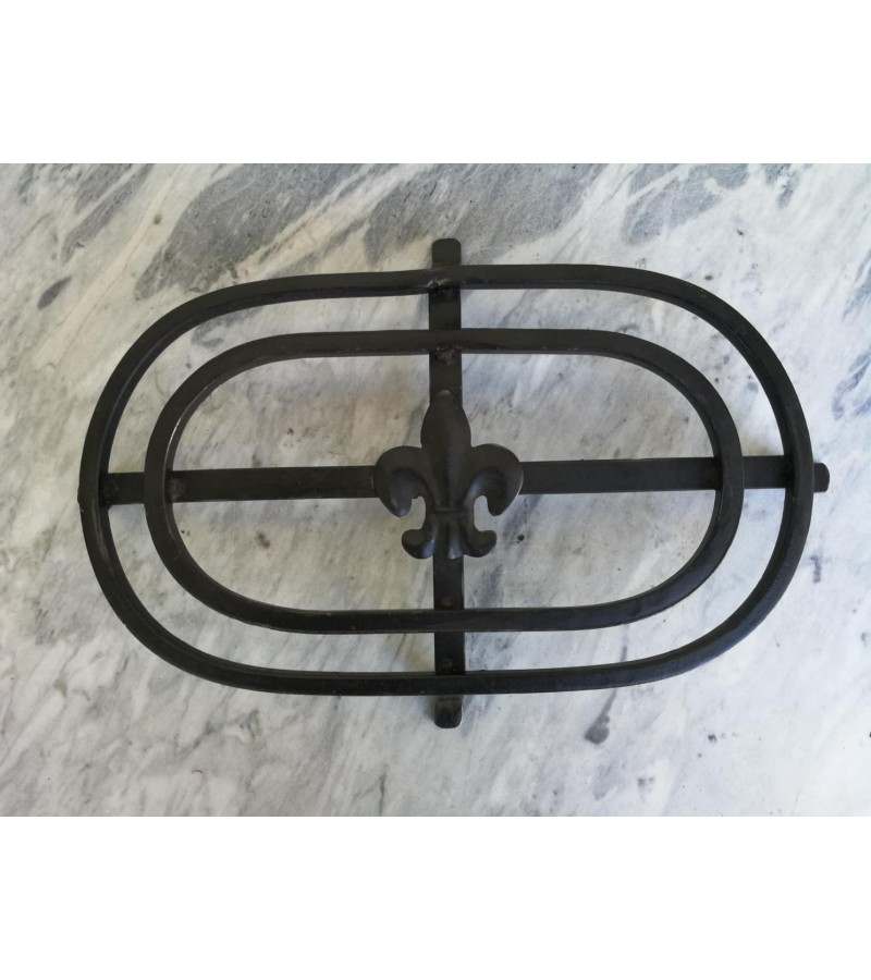 Padėklas metalinis puodams, keptuvėms su skautų ženklu - lelijos simboliu. Kaina 23