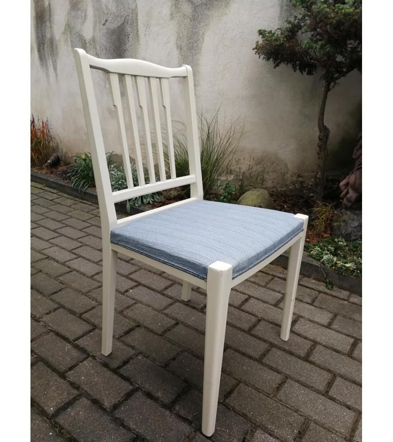 Stalas skandinaviškas, prailginamas su 4 kėdėmis. Kaina 182 už komplektą.