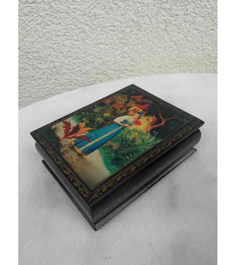 Dėžutė tapyta medinė. autorinė. Kaina 32