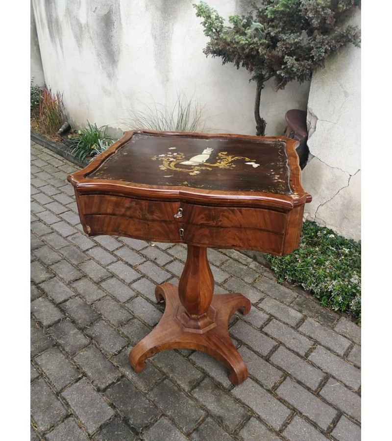 Staliukas antikvarinis siuvinėjimo. Kaina 152