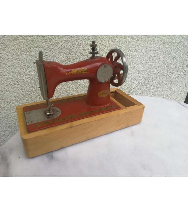 Siuvimo mašinėlė vaikiška, metalinė, tarybinė. Veikianti. Kaina 28