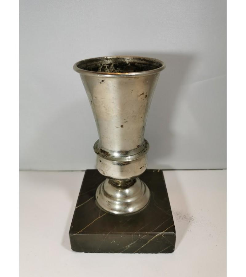 Raštinės reikmenims metalinė taurė antikvarinė akmeniniu pagrindu. Kaina 13