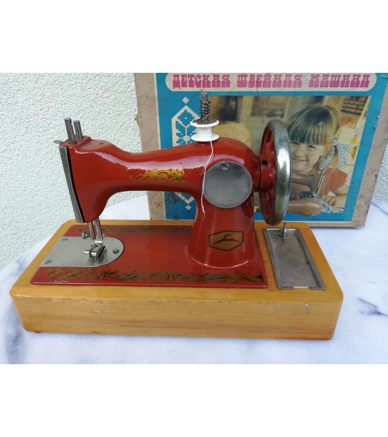 Siuvimo mašinėlė vaikiška, metalinė, tarybinė originalioje dėžėje. Veikianti. Kaina 43