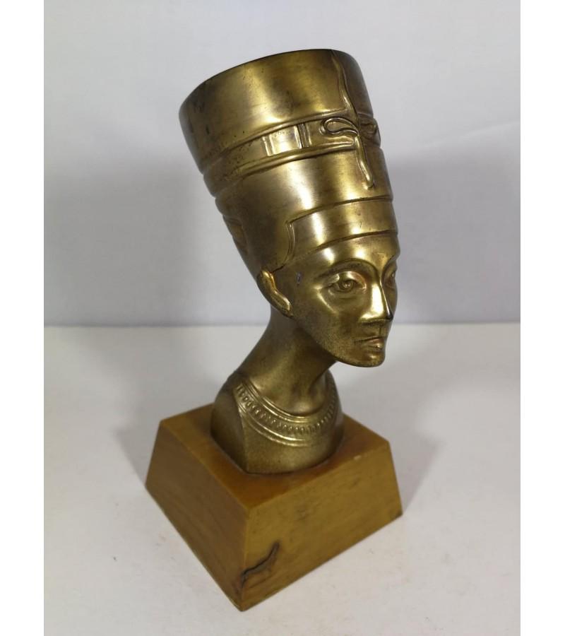 Biustas Nefertitė. Metalas. W. Germany. Kaina 16