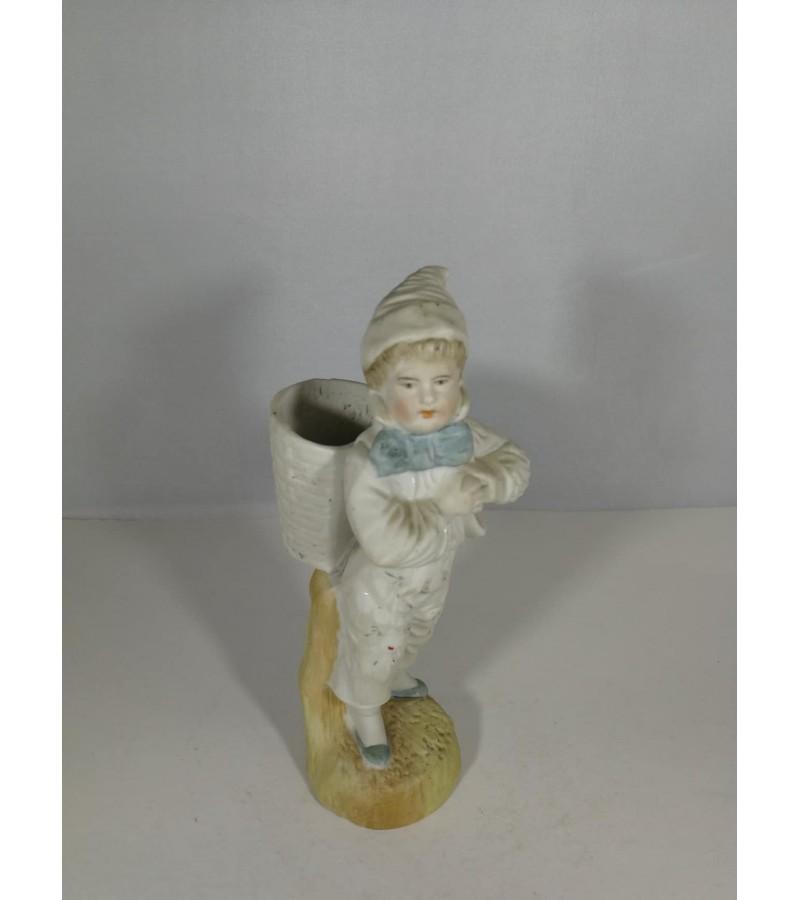 Statulėlė Berniukas su krepšiu. Kaina 48