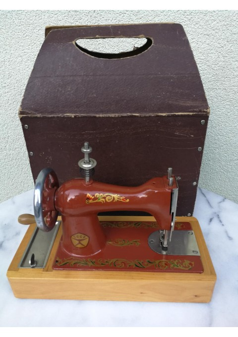 Siuvimo mašinėlė vaikiška, metalinė, tarybinė originalioje dėžėje. Kaina 42