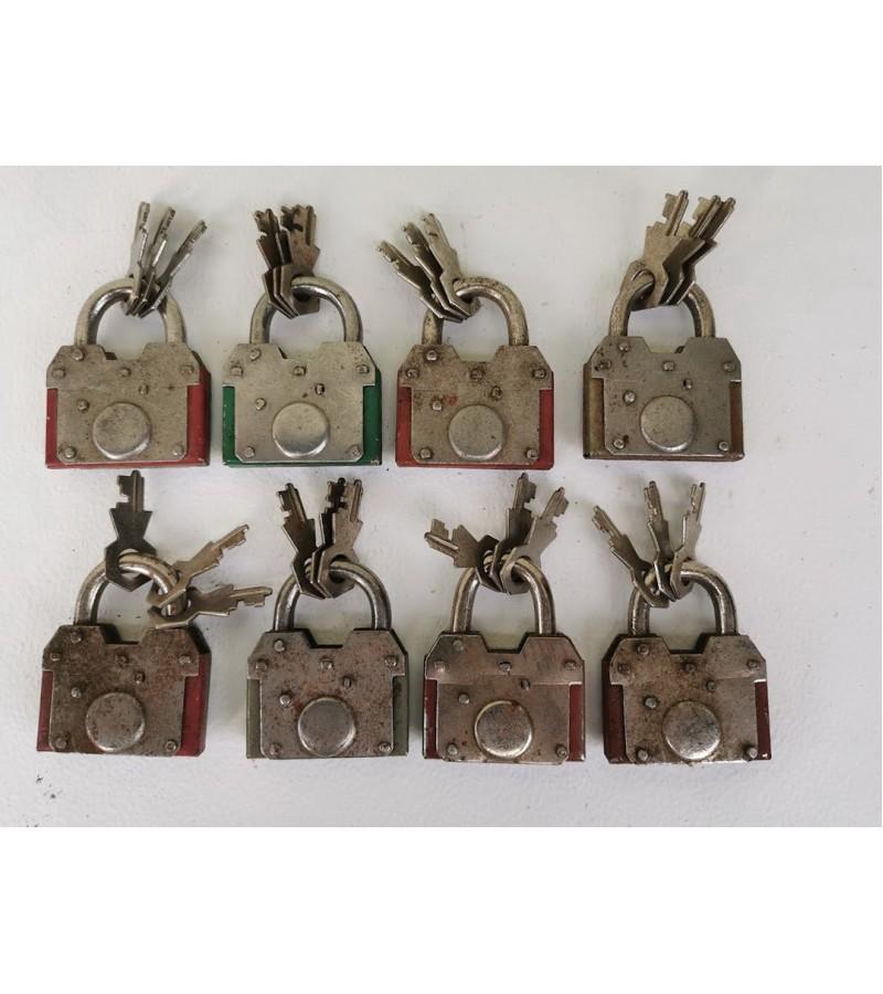 Spynelės su raktais antikvarinės, veikiančios, 8 vnt. Kaina po 22