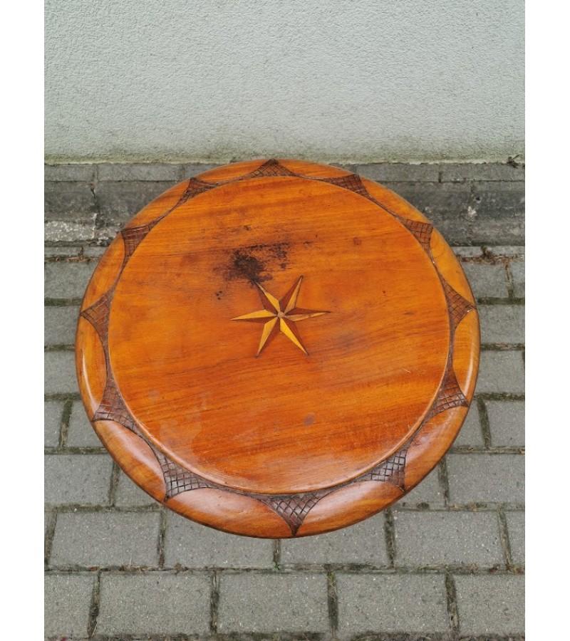 Staliukas stovelis medinis, puoštas intarsija, antikvarinis. Kaina 83