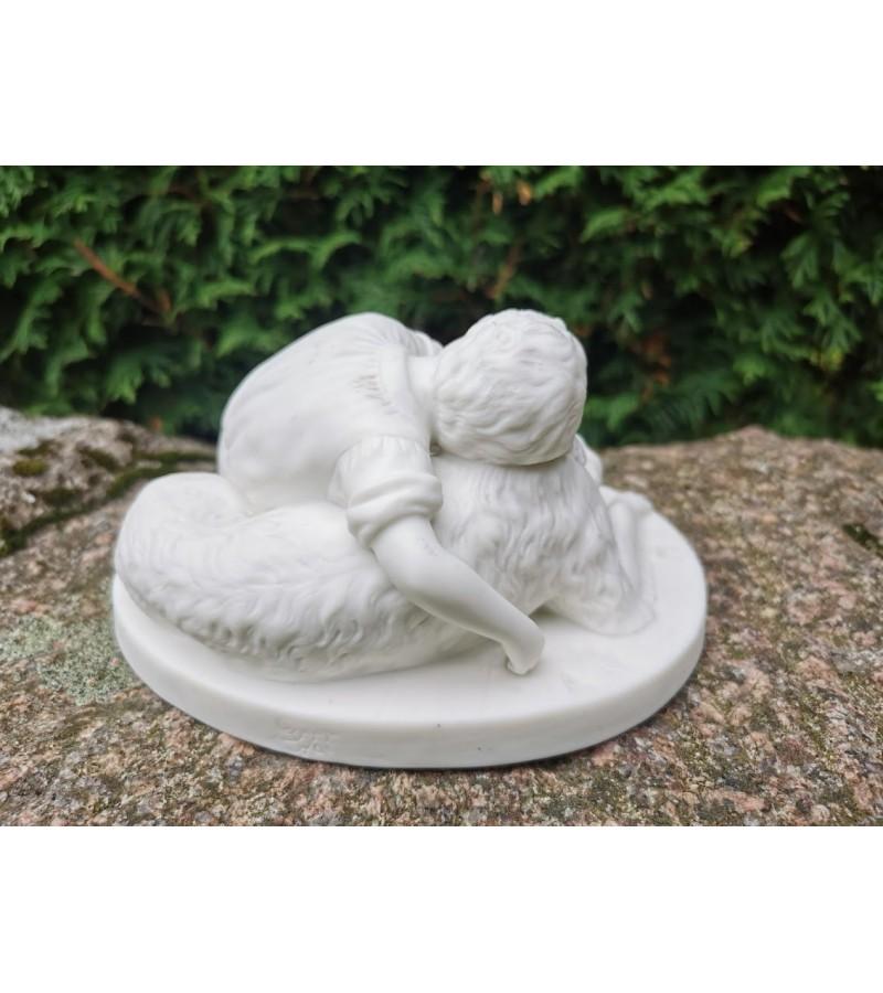 Statulėlė biskvitino porceliano Vaikas su šuniu. Kaina 43