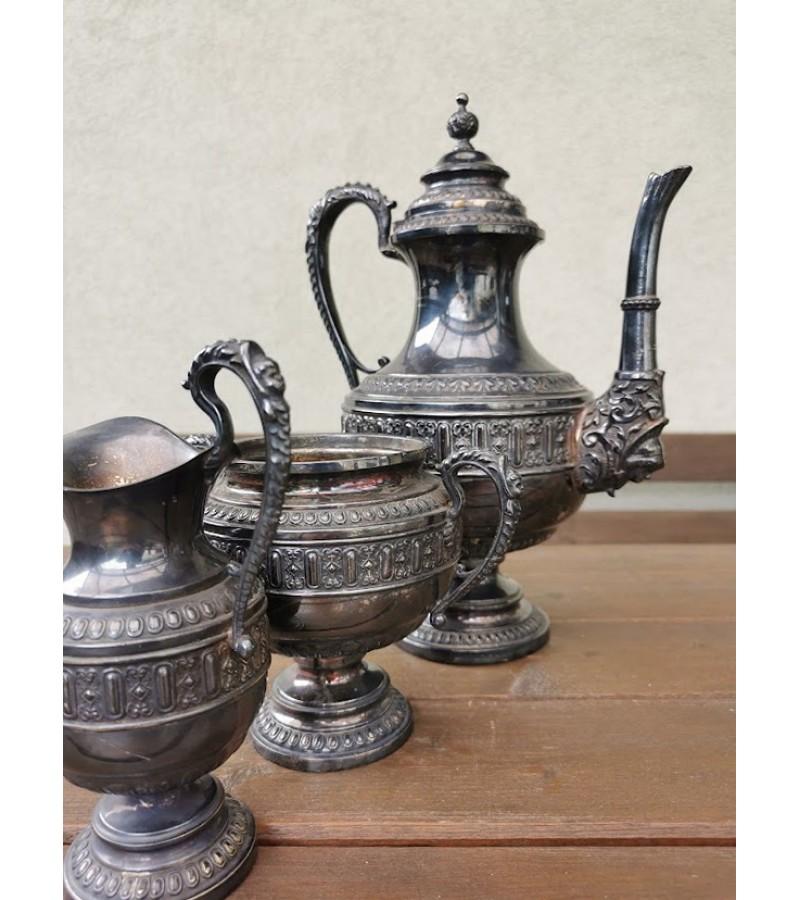 Komplektas antikvarinis, sidabruotas, cukrinė, kavinukas/arbatinukas, grietinėlės-pieno indas. Kaina 88